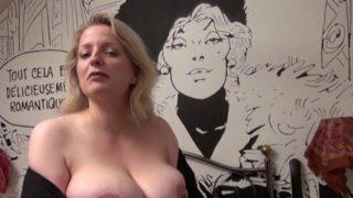 les gros seins naturel d'une blondasse parisienne