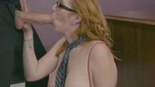 secrétaire à lunettes baisée par son patron