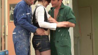 jeune cochonne defoncée chez ses parents par deux ouvriers