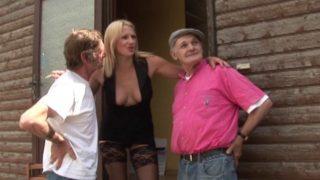 elle baise en trio avec deux vieux