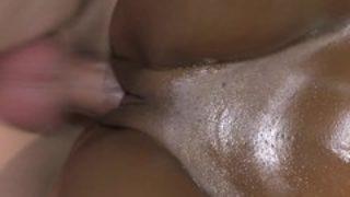 jolie noire baisée lors d'un massage aux huiles