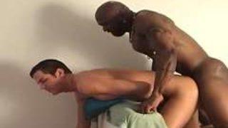 un gay blanc peut se faire baiser par un mec noir dans le cul