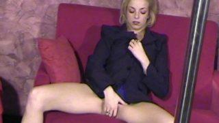blonde salope se fait sauter en discothèque