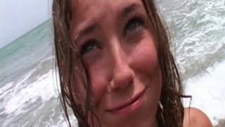 petite coquine baisée sur la plage
