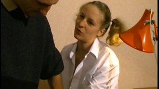 jeune blonde defoncée par deux bons baiseurs