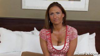 Une Milf tourne son premier film pornographique